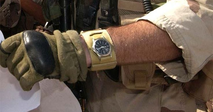 Relógios de pulso usados por militares. Os militares dos EUA têm permissão para usar relógios comerciais ou militares que atendam às especificações do exército. A maioria dos relojoeiros hoje vendem relógios baratos, de estilo militar, que atendem aos critérios requeridos. Entre estas marcas estão Hamilton, Seiko e a Marathon Watch Company. A maioria dos relógios mecânicos ou de quartzo ...