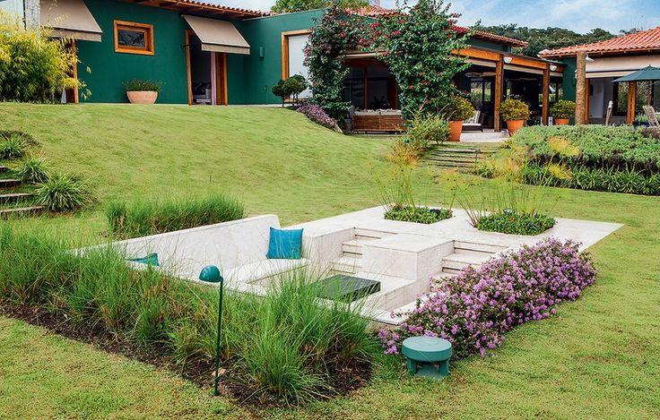 No meio do jardim, fica o fogo de chão, com almofadas de tecido para área externa. A realização da área é da GMC Arquitetura, que assina a construção e a decoração da casa
