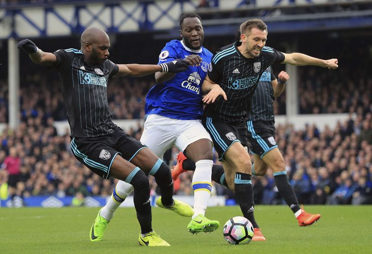 Coude à coude musclé entre les deux défenseurs des Baggies A Nyom, G McAuley et l'attaquant d'Everton Lukaku #Baggies #WB #Adidas #9ine @WBromwich