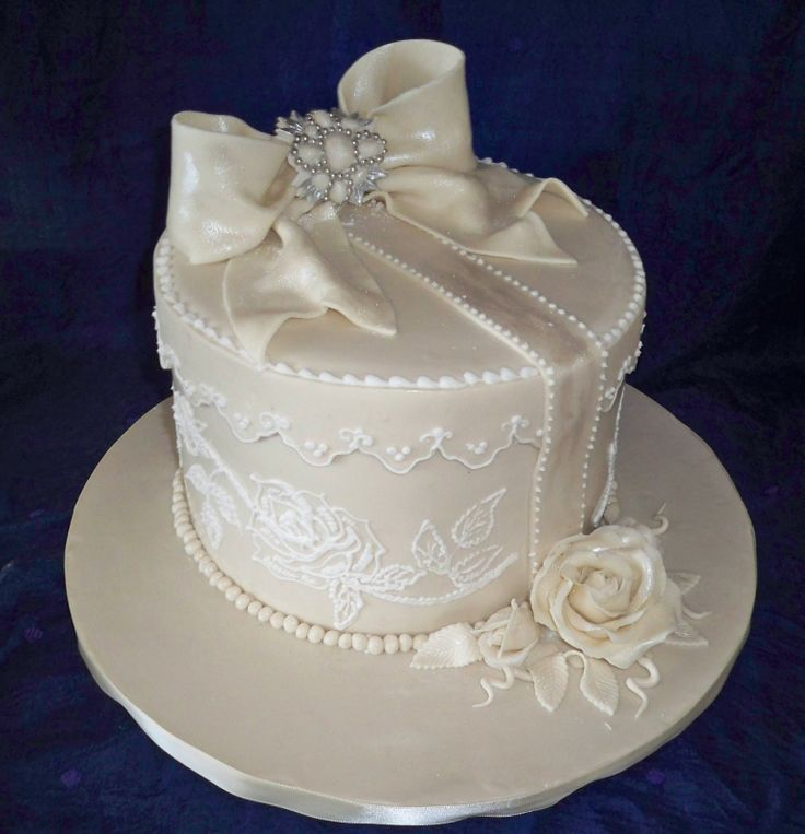 Vintage Lace Wedding Cakes | lace, brooche and bow vintage style wedding cake | Elisabeth's Wedding ...