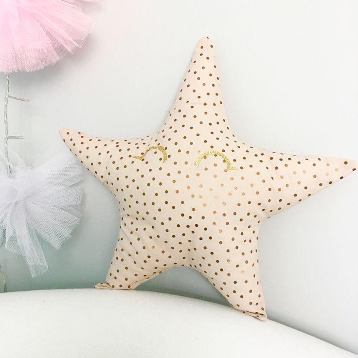 Étoile doudou/coussin pour enfant ou décoration,tissu rose nude pois bronze,paillette doré,idée cadeau de noël : Décoration pour enfants par miss-so-chic