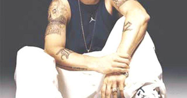 Como se vestir que nem o Eminem. Eminem é um rapper, ator e produtor musical nascido em Detroit, vencedor de vários Oscars e prêmios no Grammy. Tendo vendido mais de setenta milhões de álbuns pelo mundo, Eminem é um dos rappers que mais venderam durante todos os tempos e hoje é um ícone do hip-hop. Por diversas razões, muitos jovens podem querer imitar seu estilo. O guia a seguir ...