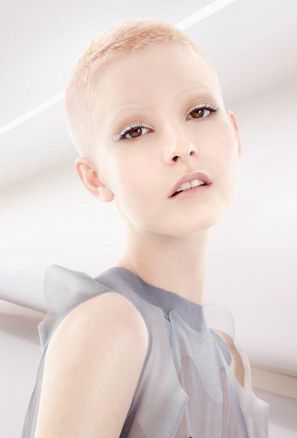 Etwas Feenhaftes verleiht dieser ultrakurze Pixie vonWella Professionals seiner Trägerin auch dank der sehr hellen Haarfarbe.