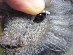 7. Обязательно ставим иглу в то же отверстие из которого выходит нить, таким образом на задней части головы ткань не будет присобираться.