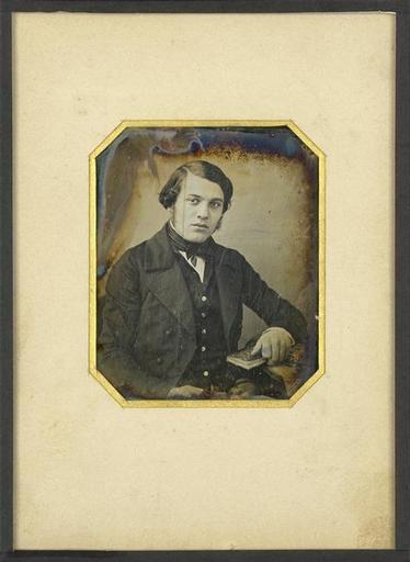 """Louis-Jacques-Mandé Daguerre: """"Portrait d'homme jeune, a mi-genoux, assis, la main droite tenant un livre"""" (1840-1845). Técnica: daguerrotipo. Corriente: ¿?"""