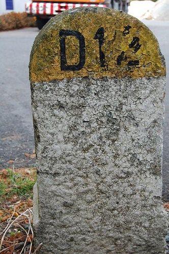 CHAMPDENIERS (79) borne kilométrique en pierre