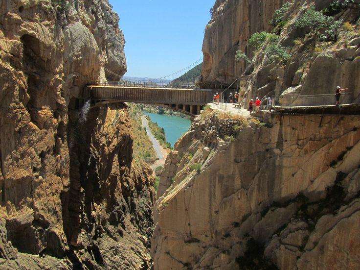 O que era a trilha mais perigosa do mundo se transformou em uma premiada atração de ecoturismo econservação do patrimônio. Realizadono sul da Espanha, a Caminito del Rey é conhecida como a vertig…