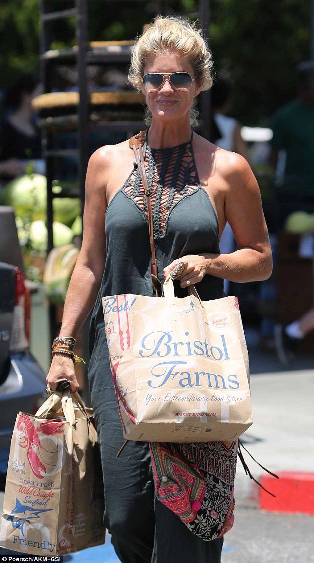 Hands free JADEtribe Elizabeth messenger makes grocery shopping easy for Rachel Hunter.