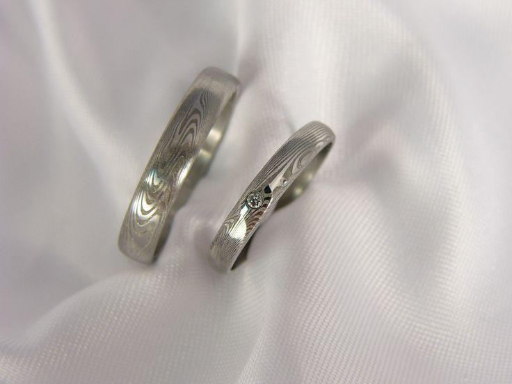 Pár snubních prstenů Theowaver z damascénské oceli Do detailu zpracované šperky z damascénské oceli, varienta s diamantem 1,8. V nabídce též varianta bez kamene či s jiným kamenem.