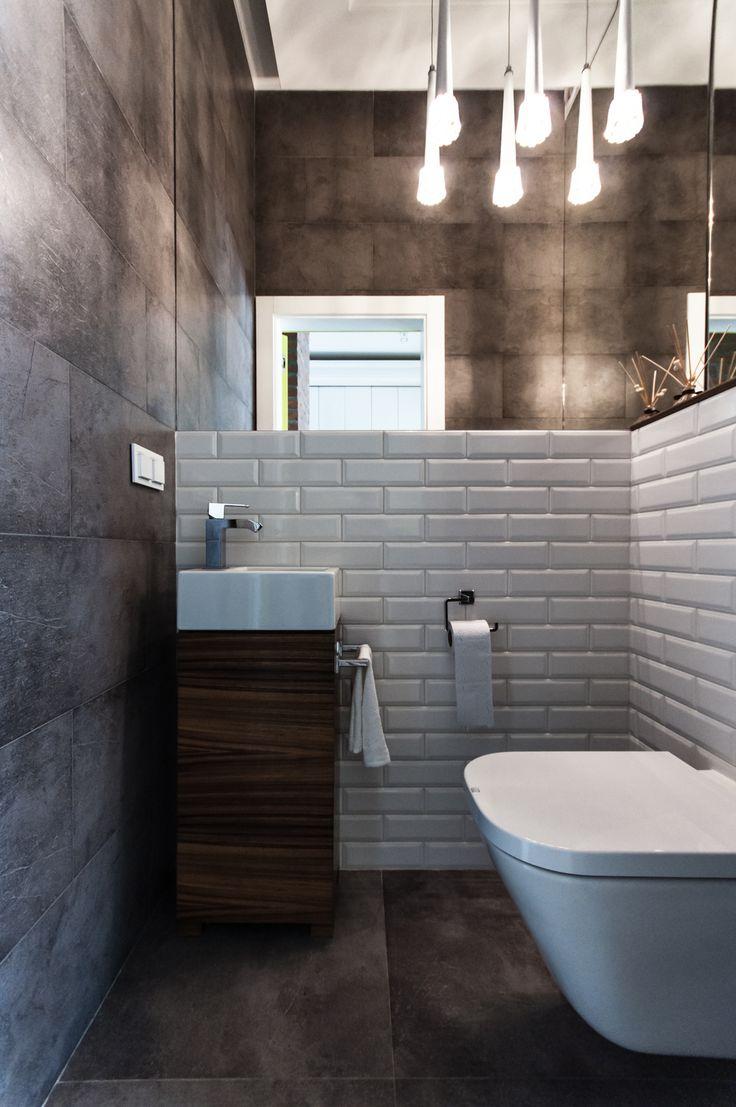 Toaleta z kaflami a'la piec kaflowy i kontrastującym betonem.