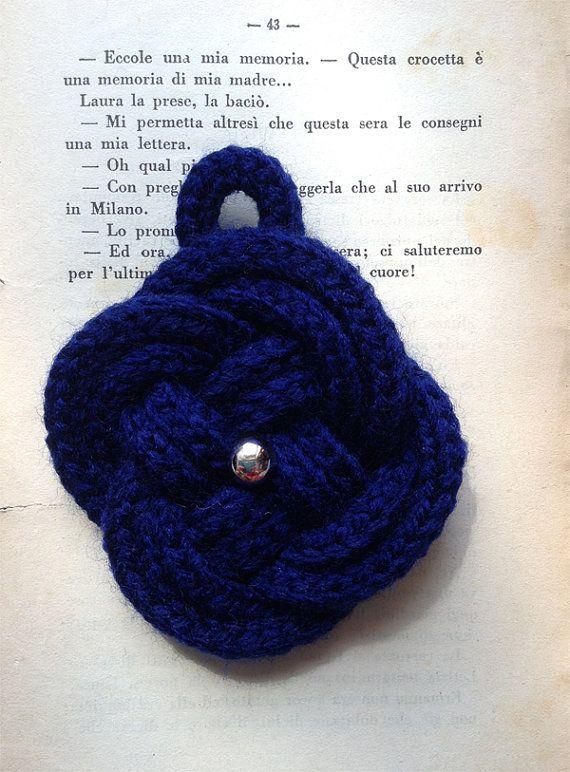 Nodo mandorletta blu con bottone swarovski argento. Blu button knot with silver swarovski button.