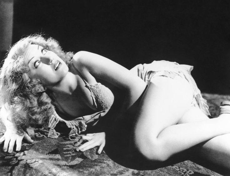 Se cumplen 10 años de la muerte de la actriz canadiense y femme fatale Fay Wray: «'King Kong' no me gustó durante el estreno. Pensé que había demasiado gritos... No me di cuenta de que King Kong y yo íbamos a estar unidos para toda la vida...» (en una imagen de la película, de 1933) https://www.veniracuento.com/