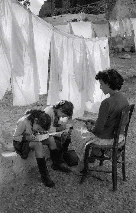 Accorder plus de temps à ses enfants qu'au ménage... / Photo by Rene Burri, 1957