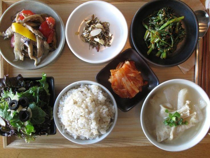 2012년 12월 18일 화요일 그때그때밥상입니다. 안녕하세요 슬로비 입니다. 오늘의 밥상 메뉴 어묵국,  견과류 멸치 볶음, 채소 볶음,  유채나물 고추장 무침, 김치, 현미밥, 양파 드레싱 샐러드 입니다. 오늘도 즐거운 하루 되세요 <3
