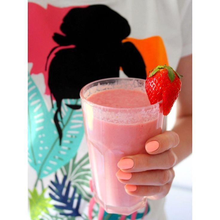 Na drugie śniadanie koktajl z truskawek i mleka kokosowego ❤️ --> Zapraszam moją stronę na fb https://m.facebook.com/eatdrinklooklove/ ❤ . . For a second breakfast a cocktail of strawberries and coconut milk ❤️ --> I invite my page on fb https://m.facebook.com/eatdrinklooklove/ ❤ .
