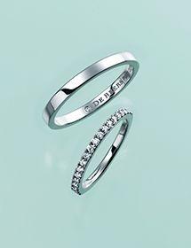 婚約指輪のエタニティリングとの重ねづけにぴったりなオーセンティックなデザイン♪ デビアスの結婚指輪・マリッジリング一覧。