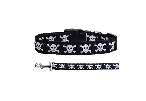 Get your pup ready for Halloween! This adjustable nylon ribbon collar  with skulls and crossbones is designed specifically for medium and large dogs. Coordinating lead available (sold separately). Made in the USA.
