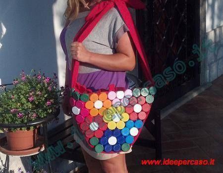 Borsa colorata dal riciclo creativo dei tappi di plastica