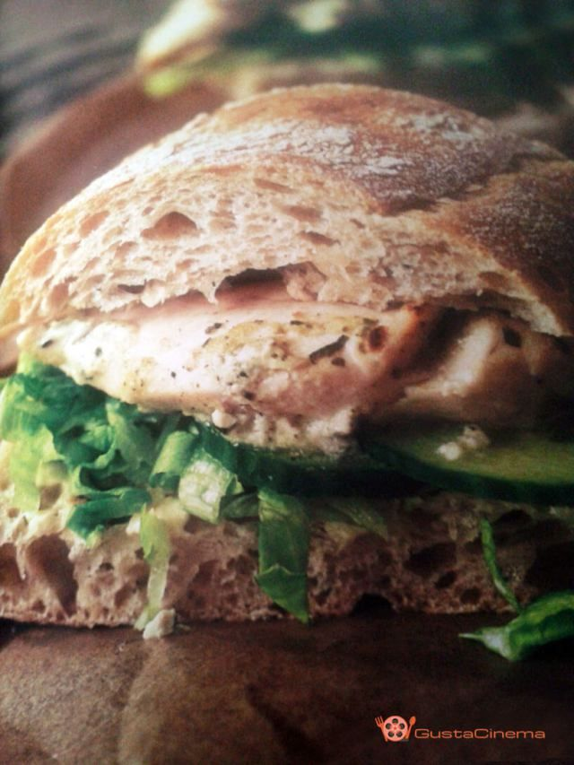 Panino con pollo in salsa tzatziki, una ricetta gustosa e facile da preparare.