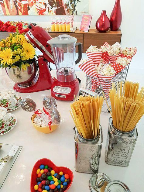 O Chá de Panela da estilista de vestidos de noiva teve decoração em amarelo e vermelho, em homenagem ao noivo, que é espanhol!