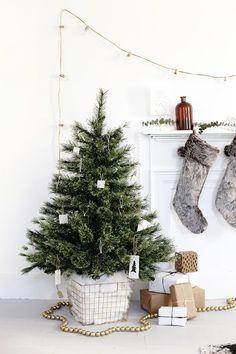DIY Tree Skirt Alternative @themerrythought