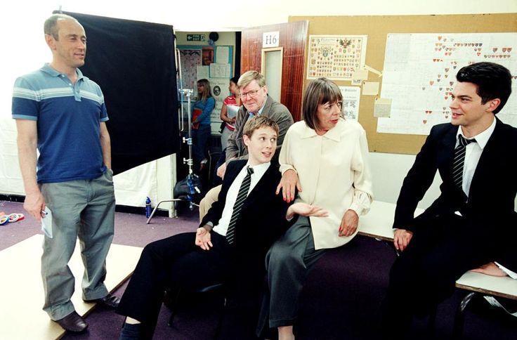 THE HISTORY BOYS, director Nicholas Hytner (far left), screenwriter Alan Bennett (sitting, background),  Samuel Barnett (sitting, foreground), Frances de la Tour, Dominic Cooper, on set, 2006