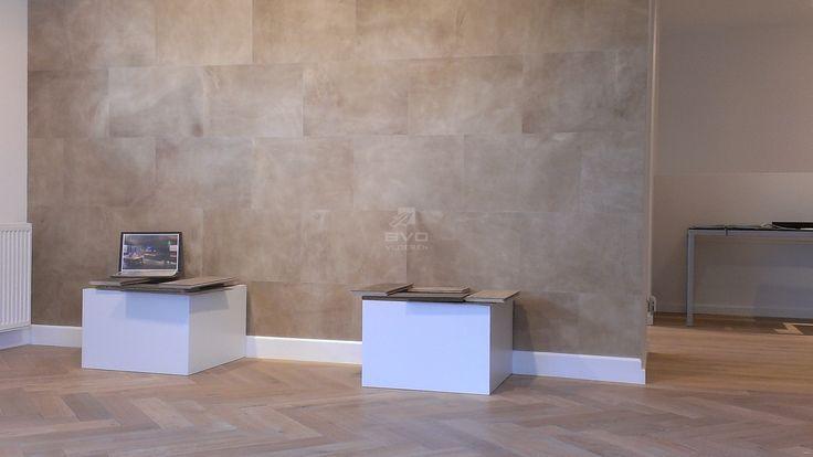 leer op vloer of muur | lederen wandbekleding | kleur Sand | showroom BVO Vloeren | leren tegels in diverse formaten en kleuren