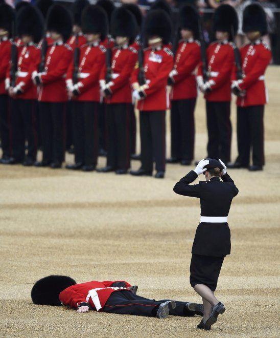 Che fatica i 90 anni della Regina: la guardia sviene durante la parata