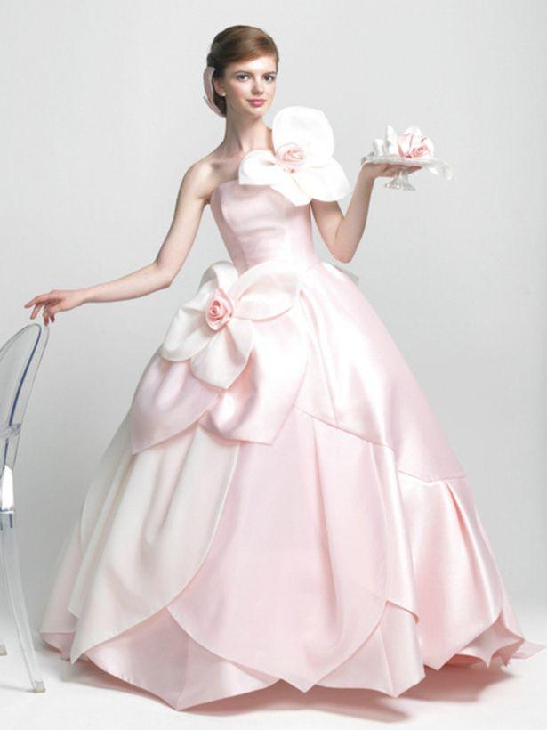 エマリーエ(EMarie)   ベビーピンクと白の色使いが、キュートで大胆なフラワードレス。