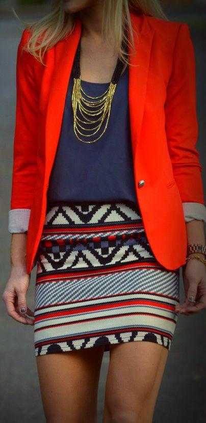 Consigue un look osado combinando un blazer rojo con una falda estampada! #OhRed