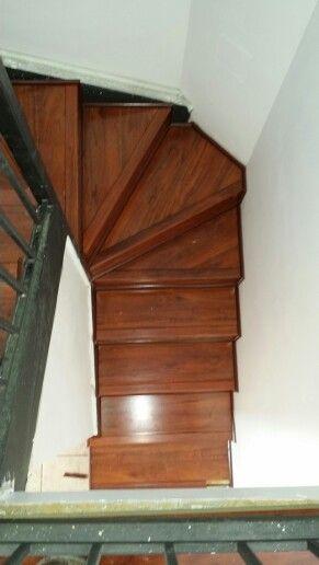 Escalera forrada con piso flotante