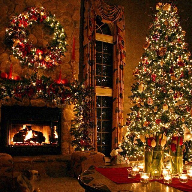 Камин, большая ёлка, свечи, красивый рождественский венок. Как можно не мечтать о таком?)