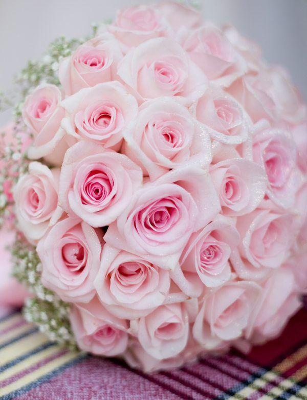 Brautstrauß &Hochzeitsblumen Der Brautstrauß ist das wichtigste Accessoire, um deinen Braut-Look glanzvoll in Szene zu setzen.Wir haben euch alle relevante Informationen & Tipps für deinen perfekten Brautstrauß zusammengestellt. Aktuelle Trends und ausgefallene Brautstrauß-Variationen findet Ihr bei uns. Was wäre eine Hochzeit ohne den passenden Blumenschmuck? Gekonnt arrangierte Blumenbouquets verleihen jeder Hochzeitslocation eine festliche Atmosphäre