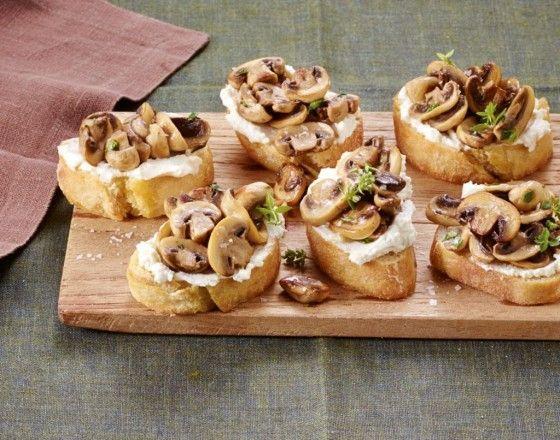 Pilz-Bruschetta: Mini-Schnitten mit Ricotta und Champignons - die sind garantiert blitzschnell weg und halten einem bis zum Hauptgericht die Füße still.
