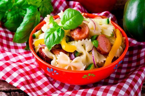 Теплый салат с макаронами и сосисками, ссылка на рецепт - https://recase.org/teplyj-salat-s-makaronami-i-sosiskami/  #Салаты #блюдо #кухня #пища #рецепты #кулинария #еда #блюда #food #cook