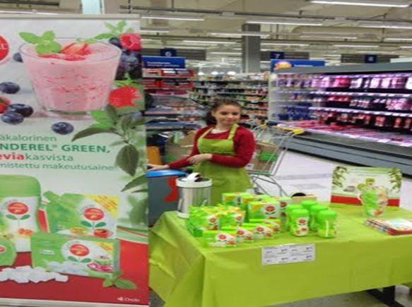 Kiteellä ruokamessut -tapahtumassa mukana myös Green Canderel Stevia. Tuotteita myymässä iloinen ja pirteä Jenna.