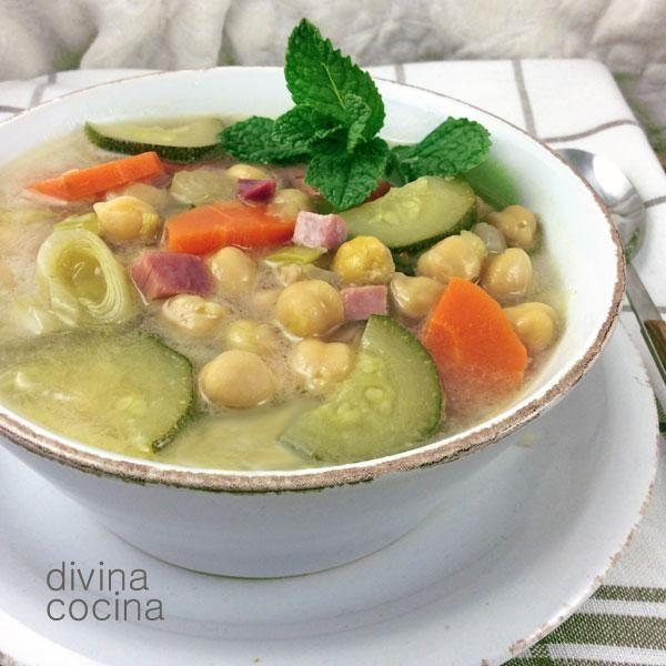 Esta sopa de verduras con jamón se puede personalizar a tu estilo cambiando alguno de sus ingredientes y dependiendo de las verduras de temporada.