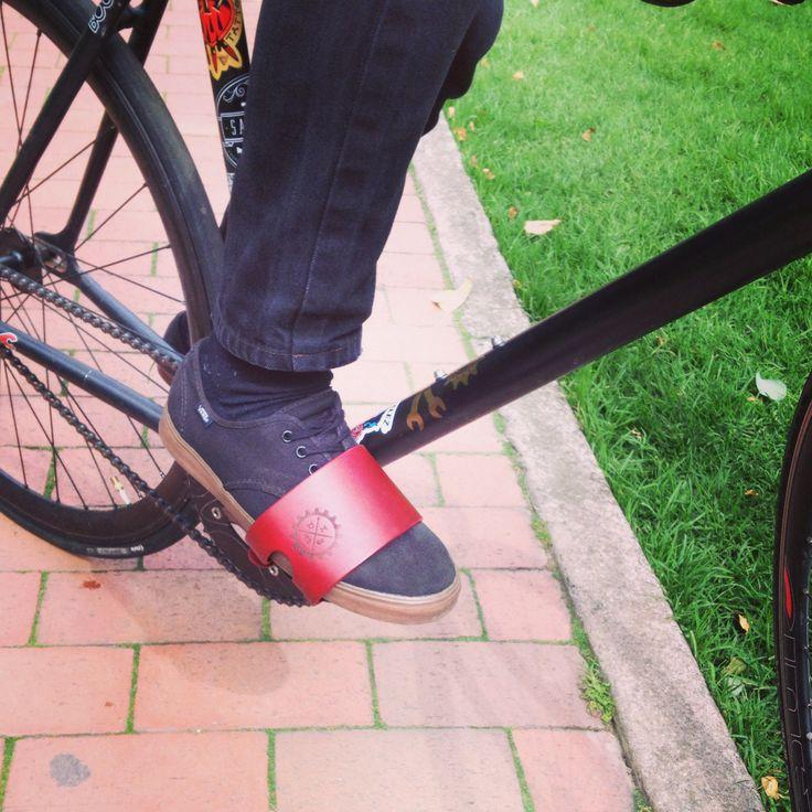Ref: Rojo  Bermellón. Straps en cuero hechos a mano, la mejor calidad para tu bici.