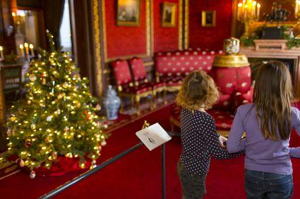 Rond 1900 was de kerstversiering niet al te uitbundig. Het was gebruikelijk om achter alle schilderijen en prenten kersttakken te steken, zodat er veel groen in huis was. Bij restauraties van schilderijen worden nu nog regelmatig dennennaalden aangetroffen die tussen het doek en het spieraam terecht zijn gekomen.