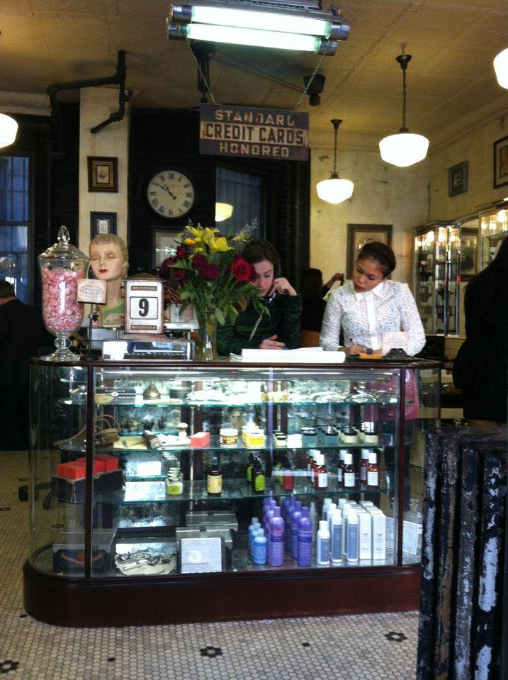 Mooie (en bekende) kapper met interieur gebaseerd op oude Engelse barbershops.