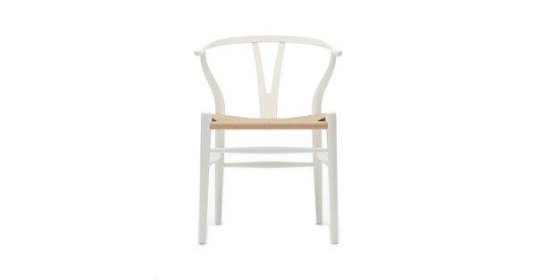 CH24 stol tillverkad i vitlackad bok. Stolen har en flätad sits av naturfärgat papperssnöre. Stolen CH24 formgavs redan år 1949 och är därmed den första stol Wegner gjorde för Carl Hansen & Son. CH24, även kallad Y-stolen, är en lätt stol och trots sina armstöd en relativt liten möbel. De välvda bakbenen och den halvcirkelformade överdelen tillsammans med den eleganta Y-formade ryggen ger stolen ett varmt och välkomnande utseende.