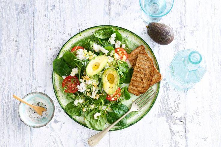 Eenpersoonslunch van spinazie, ei, hüttenkäse en avocado - Recept - Allerhande