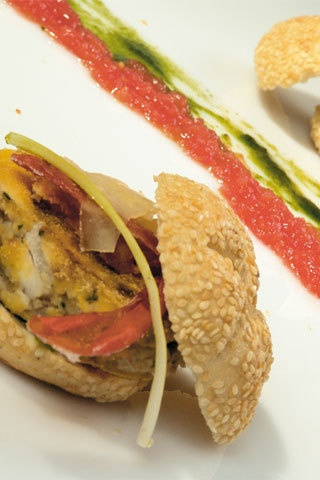 [Swordfishburger] tempo di preparazione: 10 minutitempo di cottura: 5 minuti  per 6 swordfishburger: per le polpette di pesce spada: 500 g di pescespada; 50 g di pangrattato grosso; 20 g di prezzemolo; 2 cucchiaid'olio; 1 cucchiaio d'aceto; pepe nero o peperoncino; farina di mais  perfriggere. per la polpa di pomodoro: 500 g di pomodori maturi.per i  panini: 6 mini panini al sesamo; 1 cipollotto fresco; 100 g di  provolone in scaglie; 1 limone; 1 ciuffo di prezzemolo; 1 cucchiaiodi  tabasco…