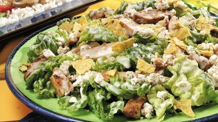 """Σαλάτα του """"Καίσαρα"""" ! Μια συνταγή για τη φημισμένη πολύ νόστιμησαλάτα, που την απολαμβάνετε και σαν γεύμα ή δείπνο.    Υλικά συνταγής    1 μαρούλι χονδροκομένο  4 κρεμμυδάκια φρέσκα  2 στήθη κοτόπουλου [500-600 γρ.]  5 φέτες μπέϊκον καπνιστό  3 κ.γ. μαϊντανός ψιλοκομμένος  2 σκελίδες"""