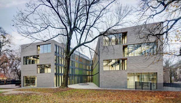 Budynek zaprojektowano tak, by z szacunkiem odnosił się do stojących w pobliżu zabytkowych gmachów