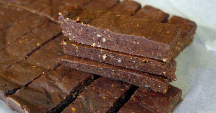 Εξαιρετική συνταγή για Μπάρες Δημητριακών (χωρίς ψήσιμο). Μπάρες ενέργειας που ετοιμάζονται χωρίς ψήσιμο με θρεπτικά και υγιεινά συστατικά όπως αποξηραμένα δαμάσκηνα, λιναρόσπορο, αμύγδαλα, σοκολάτα υγείας και κακάο. Λίγα μυστικά ακόμα Οι μπάρες δημητριακών διατηρούνται στο ψυγείο μέχρι να καταναλωθούν.Η συνταγή είναι από το eatgood4life.com και θα την βρείτε στο προσωπικό μου blog dailycious.gr.