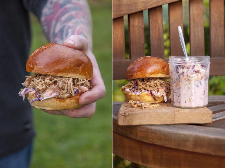 Burger strhaným masem, coleslaw achipotle dip