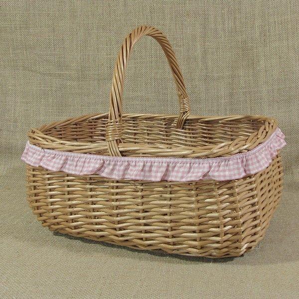 Wiklinowy koszyk z różową falbanką