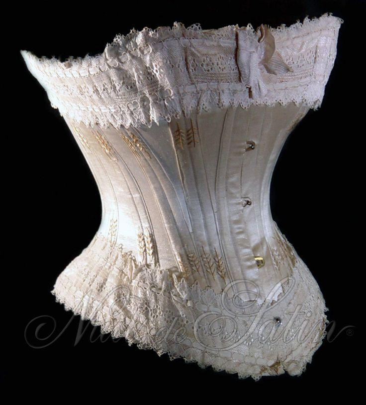 Corset de mariage en satin de soie crème 1890', orné d'une dentelle ivoire  sur le haut et le bas, évantaillé de coton beige, gorge formée et cordée, doublé et comportant 24 baleines - Busc de 31 cm avec 4 attaches - Tour de taille 52 cm. Collection Nuits de Satin
