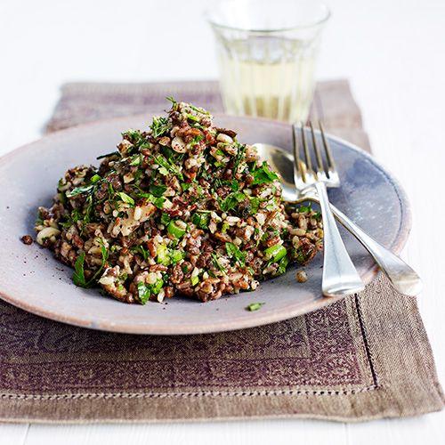De combinatie van linzen, rozijnen en wilde rijst smaakt geweldig in deze salade. Zo gepiept en ideaal als je voor een grotere groep kookt.    1. Maak een dressing van de sumak, het citroensap, de olijfolie en wat zout en peper.  ...